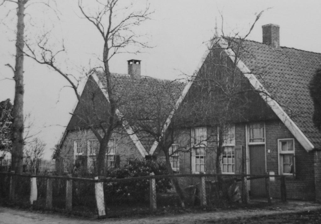 Twentse boerderijen met zadeldak en topgevel, in Vriezenveen, 1940